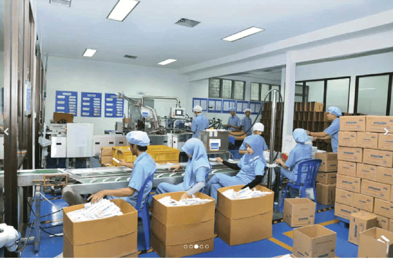 Beberapa pegawai bekerja di dalam pabrik